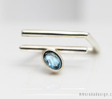 Kopnięty pierścionek z niebieską cyrkonią MMP60