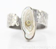 Obrączka srebrna z nieregularną perłą MMP91 – Unikat