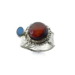unikatowy pierścionek z bursztynem